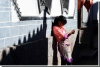 Китаянка травмировала позвоночник из-за пристрастия к смартфону