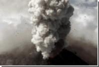 Извержение вулкана сняли в опасной близости