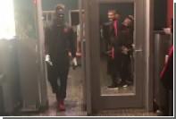 Балотелли прокатился на коленях через металлодетектор в аэропорту