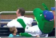 Аллигатор-талисман спас ребенка от попадания бейсбольного мяча