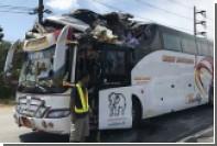 Экскаватор срезал крышу туристического автобуса на Пхукете