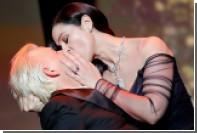 Моника Беллуччи схватила за волосы и поцеловала соведущего на Каннском фестивале