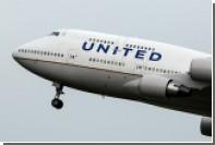 На рейсе United Airlines пассажирку вынудили при всех помочиться в стакан
