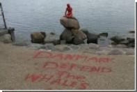 Вандалы покрасили статую Русалочки в Копенгагене в красный цвет