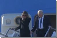 Мелания Трамп вновь отказалась брать мужа за руку после приземления самолета