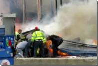 Крыша горящей заправки обрушилась на американского пожарного