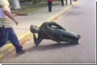 Протестующие повалили памятник Чавесу в Венесуэле