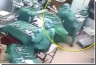 Китайские медработники подрались во время операции