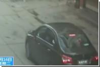 В Китае попавшая под автомобиль девочка отделалась царапинами