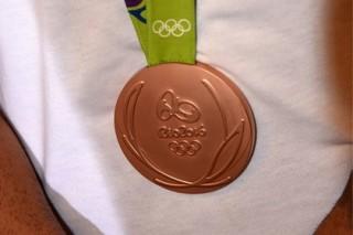 На десятках медалей с ОИ-2016 появилась ржавчина