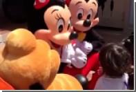 Микки и Минни Маус в Диснейленде объяснились с глухим ребенком языком жестов