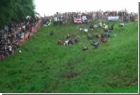В Англии прошли состязания по катанию сыра с высокого холма