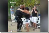 В Лос-Анджелесе полицейский станцевал сальсу на музыкальном фестивале