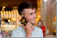 Задавшему Путину вопрос школьнику вручили золотой телефон