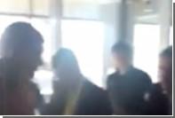Скандал пассажиров из-за задержки рейса в Домодедово сняли на видео