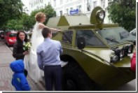 Смоленские молодожены приехали в ЗАГС на броневике