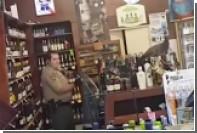 Дикий павлин разгромил винный магазин