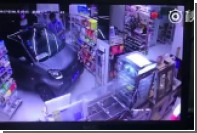Китаец аккуратно заехал в магазин на автомобиле