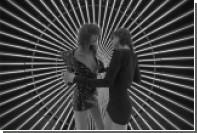 Шарлотта Генсбур и Мика Арганараз станцевали в серебряных сапогах