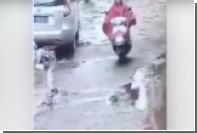 Беременная китаянка на мотоцикле сбила ребенка и поехала дальше