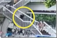 Засмотревшаяся в телефон китаянка упала с лестницы и погибла