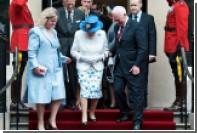 Канадский генерал-губернатор потрогал королеву