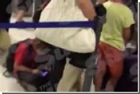 Сотрудник аэропорта Ниццы ударил державшего ребенка туриста