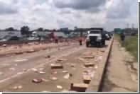 Пицца из перевернувшейся фуры заблокировала движение на шоссе в США