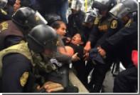 Бунтующих учителей в Перу разогнали водометами и слезоточивым газом