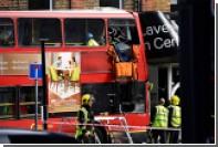 Британские спасатели залезли внутрь смятого двухэтажного автобуса в Лондоне