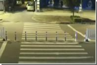 Засмотревшийся в смартфон водитель скутера провалился в яму