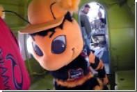 Талисман «Урала» в костюме шмеля прыгнул с парашютом в честь дня ВДВ