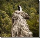 Молодая пара женилась на вершине 300-метровой скалы. Фото