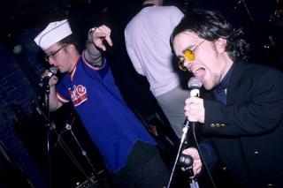 СМИ нашли снимки Динклейджа из «Игры престолов» в качестве фронтмена панк-группы