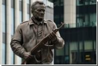 Заказчики памятника Калашникову назвали барельеф с ошибкой полетом фантазии