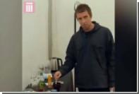 Лидер Oasis обматерил вынудивших его самостоятельно заваривать чай пиратов