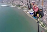 Турецкие парапланеристы на лету поймали в море четыре рыбины