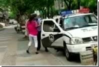 Бросившего на землю женщину с ребенком на руках полицейского наказали в Шанхае