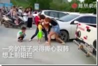 Китайские матери подрались на школьной линейке из-за парковки