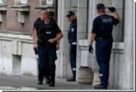 Перед зданием финского парламента двое иностранцев порезали себя ножами