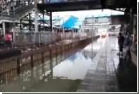 В Мумбаи поезд окатил грязной водой стоявших на перроне пассажиров