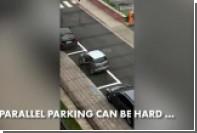 Мучительная парковка бельгийки на маленькой машине попала на видео