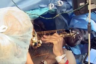 У музыканта удалили опухоль мозга во время игры на саксофоне
