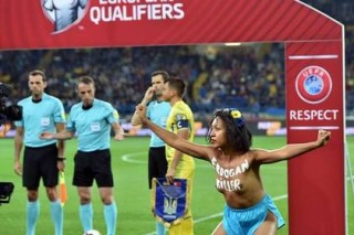 Обнаженная девушка выбежала на поле перед матчем Украина — Турция