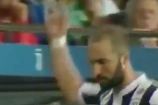Игрок «Ювентуса» показал средний палец фанатам «Барселоны»