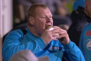 Съевшего пирог во время матча 125-килограммового вратаря оштрафовали