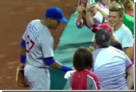 Бейсболист рассыпал чипсы болельщика и купил ему новые во время матча