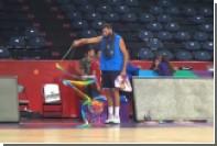 215-сантиметровый баскетболист попробовал себя в художественной гимнастике