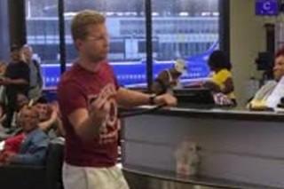 Американец устроил караоке-сессию в аэропорту Нового Орлеана