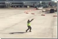 Танец на взлетно-посадочной полосе впечатлил пассажиров самолета
